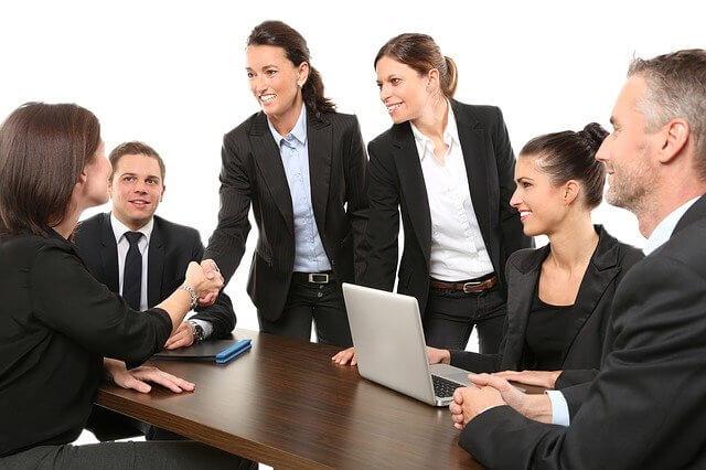 imagen de varios empleados de una empresa conversando y llegando a acuerdos en una mesa