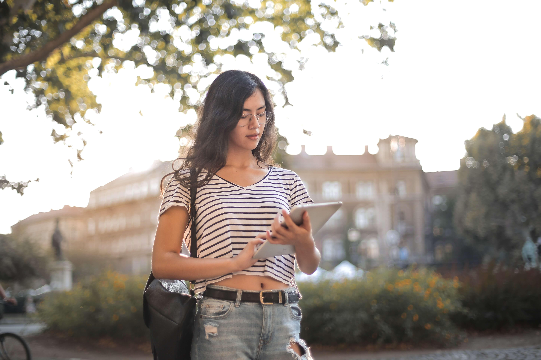 joven estudiante utilizando tableta