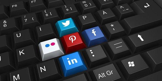 imagen de teclado color negro, alguna teclas tienen los íconos de twitter, facebook, pinterest