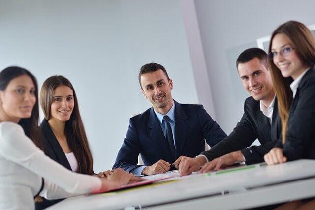 Imagen de jovenes empresarios reunidos
