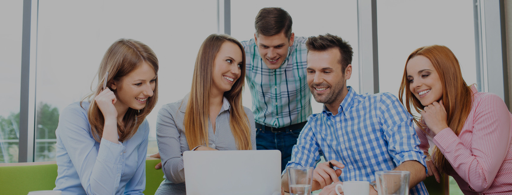 imagen de grupo de personas trabajando y utilizando una computadora portatil