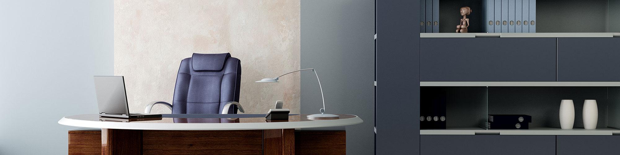 escritorio, silla ejecutiva y un anaquel